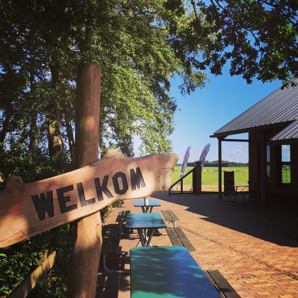 Bord met welkom op het terras bij Paviljoen Breeland.