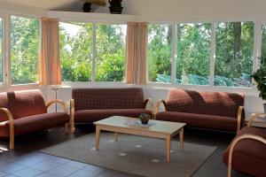 Zithoek met bankjes en uitzicht op de tuin accommodatie