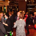 mensen gezellig aan het dansen in paviljoen van Breeland